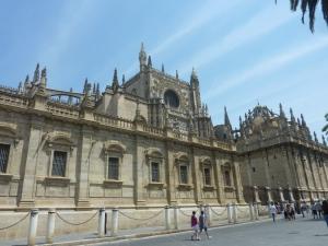 La cathédrale vue de l'extérieur - dans l'espace entre les murs et les chaînes se tenait autrefois un marché
