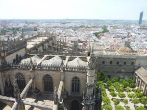 Vue sur la cathédrale et le patio des orangers