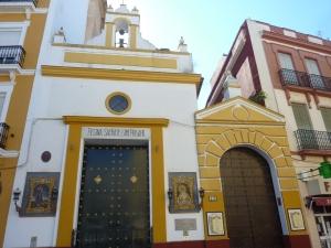Les églises sont souvent ornées de plaques de céramique
