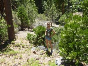 Hé hé, je suis plus grande que le séquoia derrière moi!! OK, c'est un petit, mais quand même!