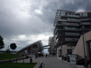 La promenade du port avec le musée au fond