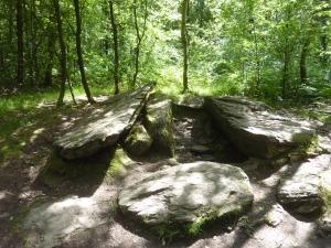 Le tombeau des géants. Trois menhirs sont encore en place…