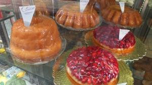Tartes aux fraises des bois et babas semblent être une grande spécialité culinaire du coin, on en voit partout!