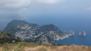 Vue sur Capri et les Faraglioni