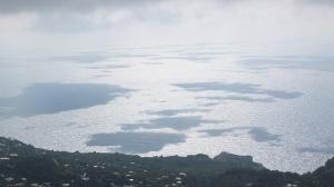 Les nuages se reflètent sur la mer