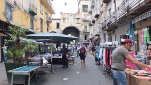 Le marché et la porte Nolana au fond