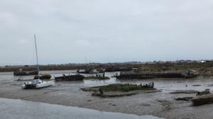 D'un côté le port et son cimetière à bateaux…