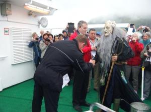 Le capitaine serre la main de Neptune