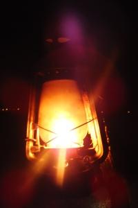 Lorsque la nuit tombe des dizaines de lampes à pétrole sont allumées dans le camp