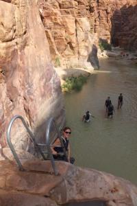 Descente dans le canyon au début du Siq trail