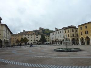 La place centrale de Colle Val d'Elsa, ville basse. A l'arrière-plan on distingue la ville haute.