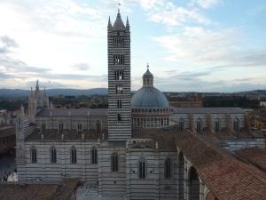La cathédrale et les arches abandonnées (à droite de la photo)