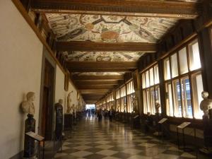 Les salles sont réparties de part et d'autre de ce superbe couloir