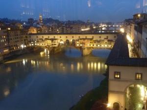 Vue sur le Ponte Vecchio depuis la galerie