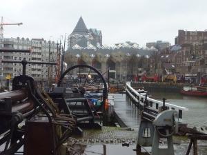 Le vieux port et au fond les maisons cubes