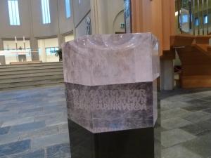 Un baptistère original, en cristal