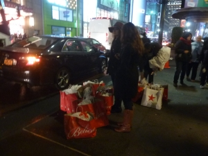 Les gens qui font toutes leurs courses de Noël chez Macy's ça existe, si, si!