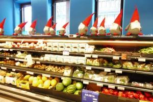Les lutins veillent sur les produits au supermarché ;-)