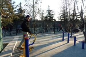 Sport en plein air à côté des joueurs de ping pong
