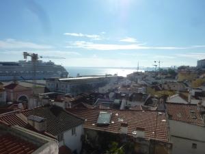 Vue sur les toits de l'Alfama (et sur le grand paquebot Costa en escale ce jour)