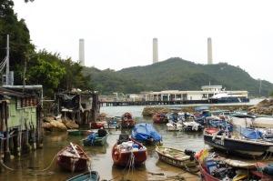 Lamma island, ses mignons petits ports de pêche... et quand même sa centrale hydroélectrique dans le lointain ;-)