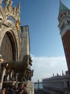 La basilique est ornée de 4 chevaux voyageurs... puisqu'ils ont été à Paris à une époque !