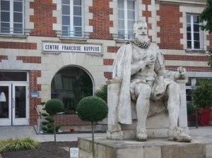 Le centre Françoise Kuypers et la statue de Maximilien de Béthune