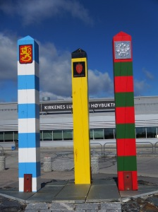 A l'aéroport de Kirkenes, un monument symbolise la proximité de la Norvège, de la Russie et de la Finlande