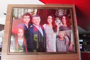 Partout, des portraits du Roi et de sa famille