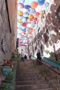 Rue colorée près de l'hôtel