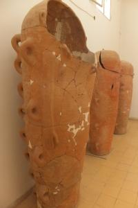 Sarcophages en terre cuite et à poignées multiples