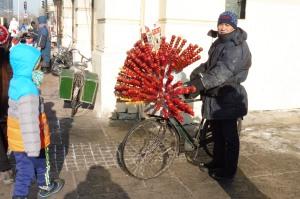 Vendeur de brochettes de pommes (mais attention, ici elles sont congelées ! nous avons dû les laisse r reposer à la chambre avant de pouvoir les manger...)