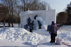 Sculpture de neige en cours de réalisation
