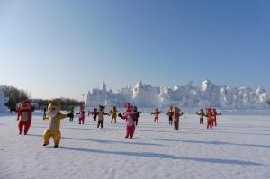 Danse des mascottes du parc devant la plus grande sculpture de neige