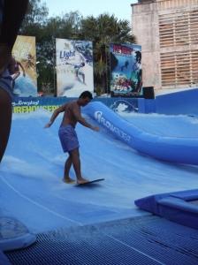 Surf sur structure gonflable dans l'un des bars, impressionnant