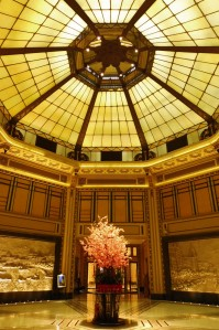 La magnifique verrière du Fairmont Peace Hotel