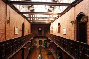 A l'intérieur de l'Astor Hotel