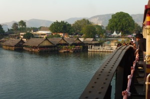 Arrivée par le pont sur la rivière Kwaï
