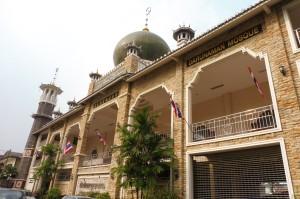 Pas très loin, une belle mosquée