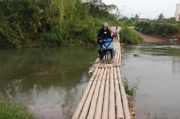 Un moment délicat, la traversée du pont de bambou avec le scooter...