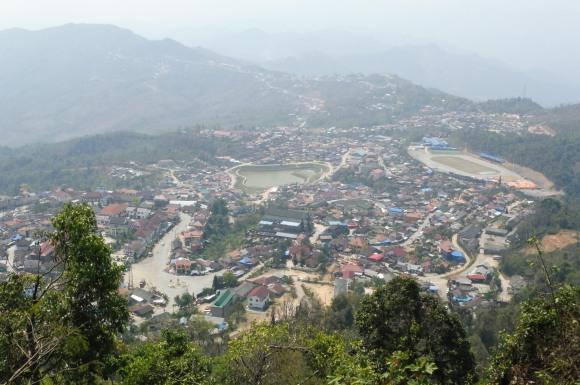 Vue panoramique sur Phongsaly et les montagnes