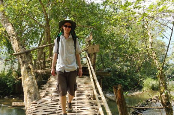 Traversée du pont de bambou près de la grotte