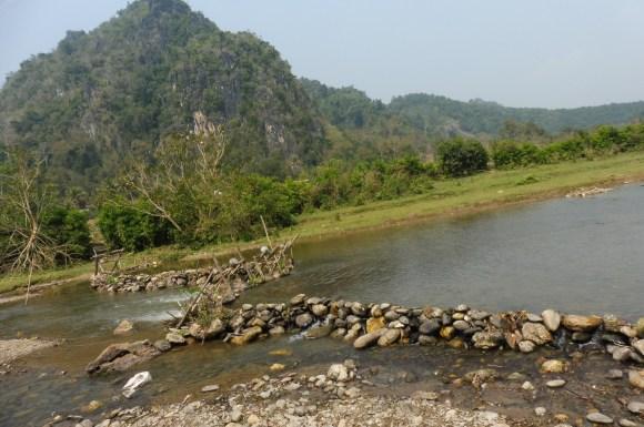 Ce barrage artisanal fournit le village en électricité