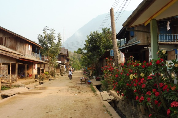 La rue principale de Muang Ngoi
