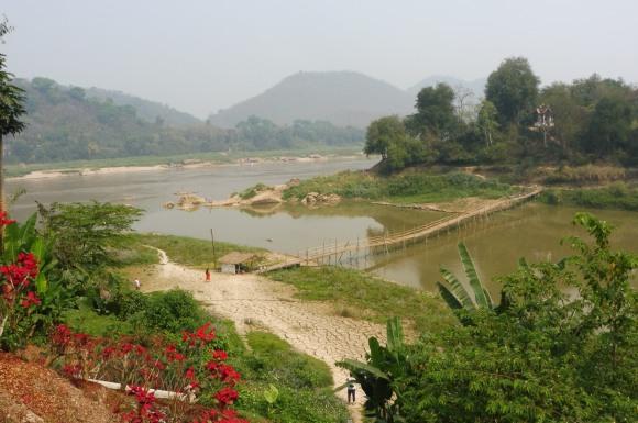 Le pont de bambou à la confluence de la Nam Khan et du Mékong