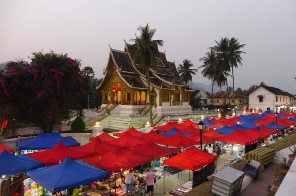 Le superbe marché de nuit de Luang Prabang, devant le non moins superbe temple abritant le Bouddha d'Or, dans l'enceinte du Palais Royal