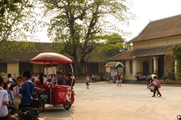 ... et l'école attenante, dans la cour de laquelle la marchande de glace vient directement s'installer. Normal !