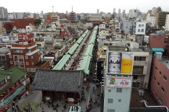 Vue sur le quartier d'Asakusa et notamment la rue commerçante conduisant au temple Sensoji depuis le rooftop de l'office du tourisme