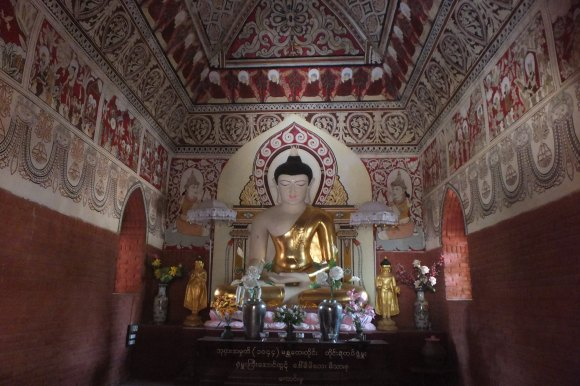 Dans le poste de police de New Bagan, un temple a été entièrement restauré et ses fresques repeintes par un artiste local. Superbe !