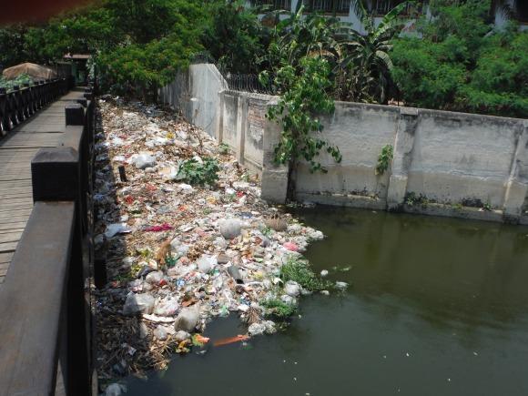 Un joli canal... plein d'ordures, c'est ça aussi la Birmanie